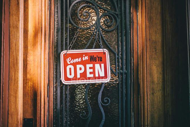 Відкриті знак на багато прикрашений двері — стокове фото