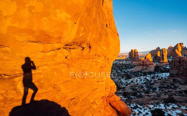 Shadow of man standing on rock, Moab, Utah, EE.UU. - foto de stock