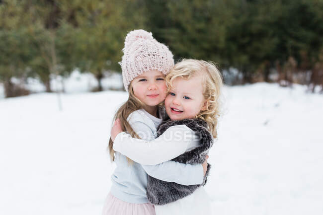 Sisters in snow-covered park, Oshawa, Canada — Stock Photo