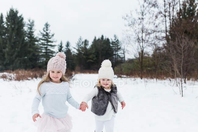 Schwestern im schneebedeckten Park, Oshawa, Kanada — Stockfoto
