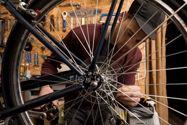 Nahaufnahme eines Technikers in der Fahrradwerkstatt — Stockfoto