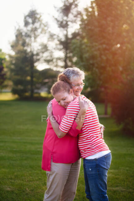 Ritratto di madre e figlia adulta, abbracciando — Foto stock