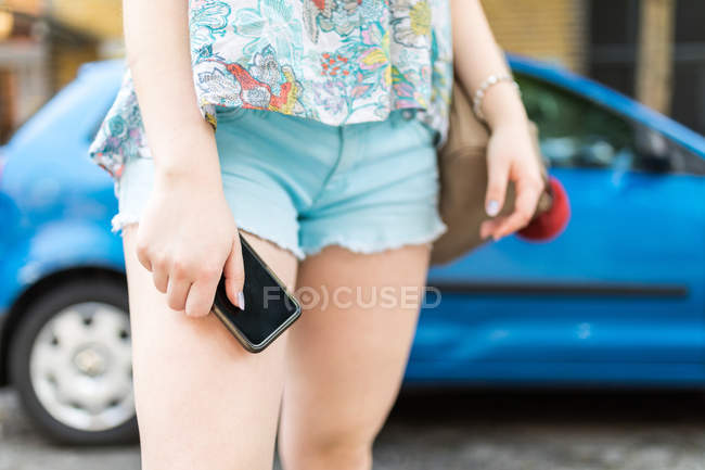 Adolescente exploitation smartphone — Photo de stock