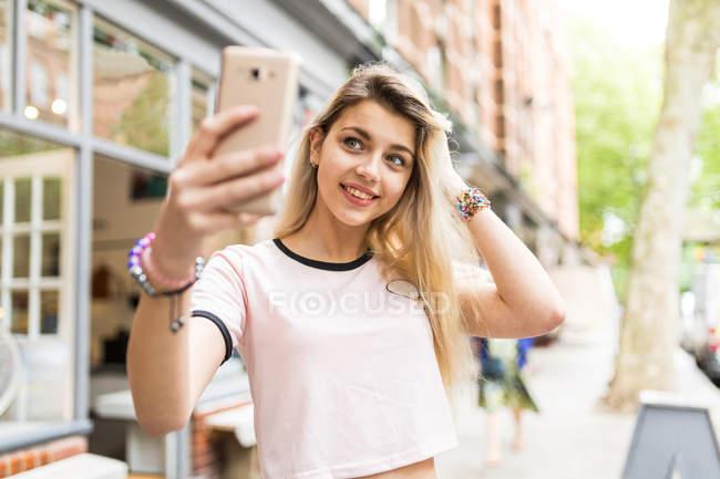 Teenager-Mädchen nehmen Selfie mit smartphone — Stockfoto