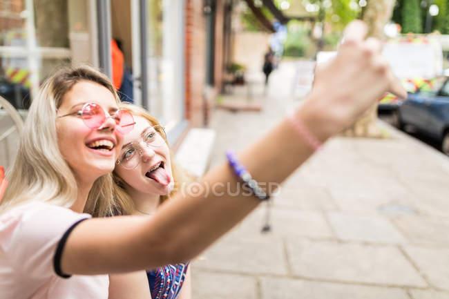 Teenage girls taking selfie at street — Stock Photo