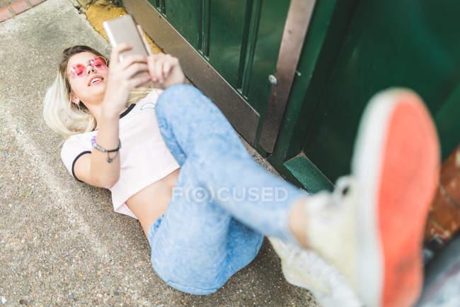 Teenage girl and using smartphone — Stock Photo