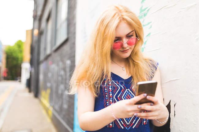 Teenage girl using smartphone — Stock Photo