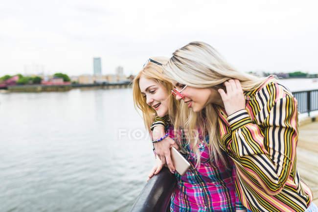 Две девушки смотрят на реку — стоковое фото