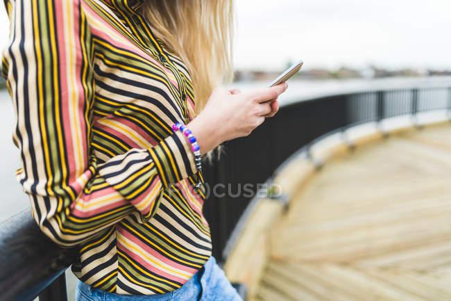 Adolescente à l'aide de Smartphone — Photo de stock
