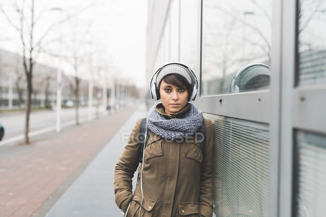 Жінці, що слухає навушники — стокове фото