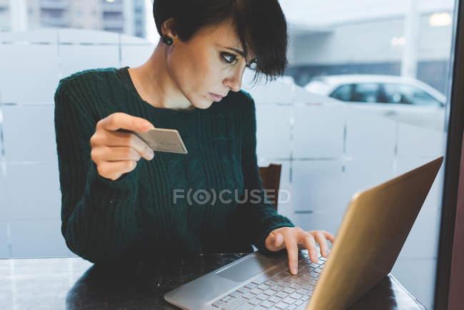 Woman making payment using laptop — Stock Photo