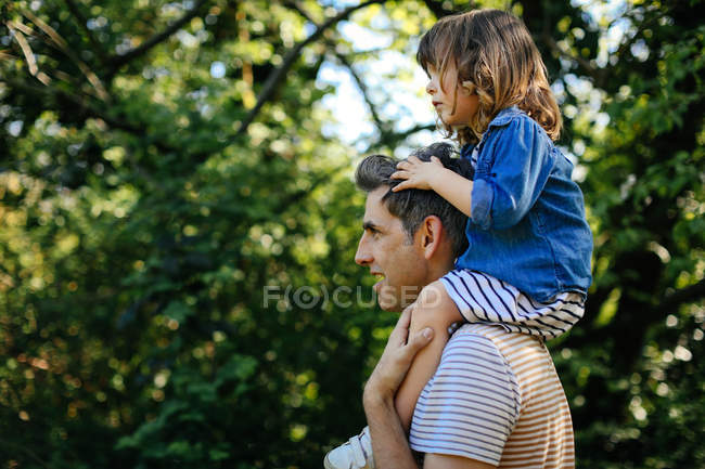 Father piggybacking little girl — Stock Photo