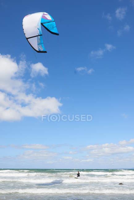 Kitesurfer in der Luft über dem Meer — Stockfoto