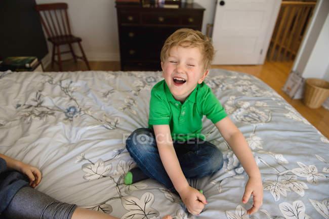 Garçon assis jambes croisées — Photo de stock