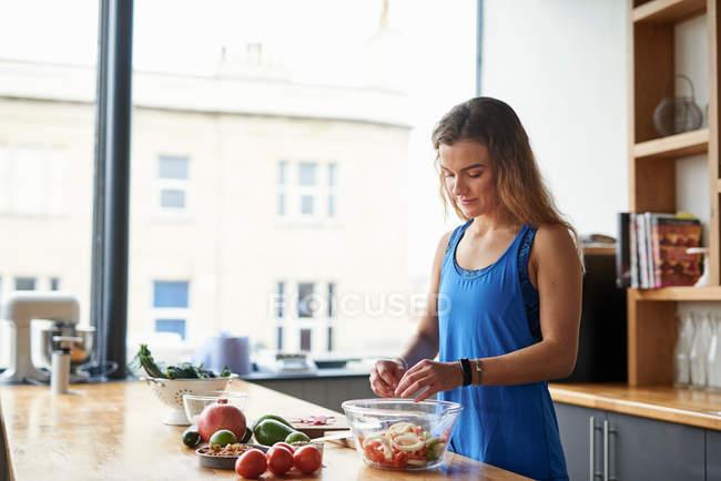 Молодая женщина за кухонным столом — стоковое фото