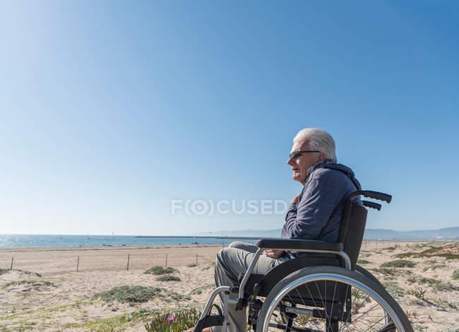 Uomo anziano sulla sedia a rotelle — Foto stock