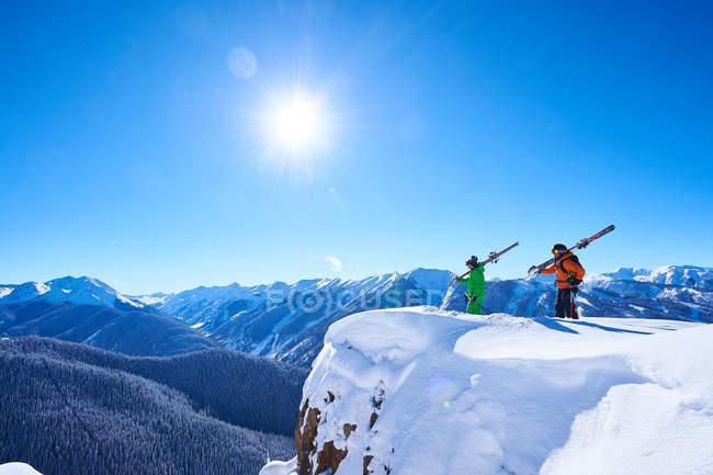 Dos esquiadores masculinos - foto de stock