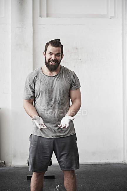 Homem com mãos riscadas — Fotografia de Stock