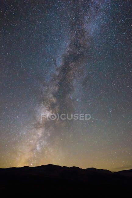 Estrelas e o céu de noite sobre o vale da morte — Fotografia de Stock