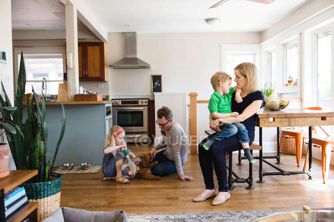 Родители на кухне вместе с детьми — стоковое фото