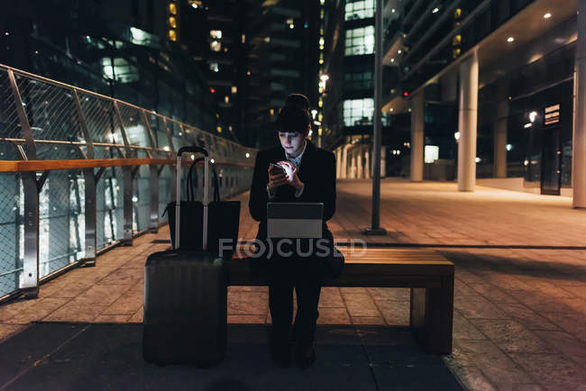 Femme d'affaires avec bagages trolley — Photo de stock
