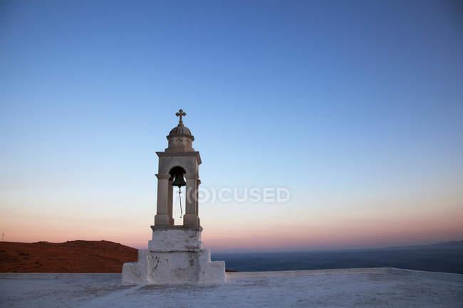Каплиця дзвіницю на заході сонця — стокове фото