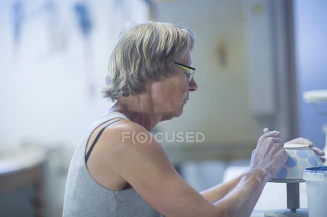 Femme âgée en atelier de poterie — Photo de stock
