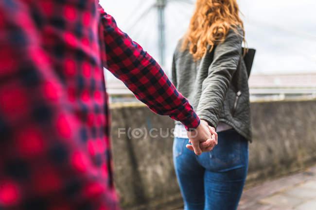 Paar spaziert ins Freie — Stockfoto