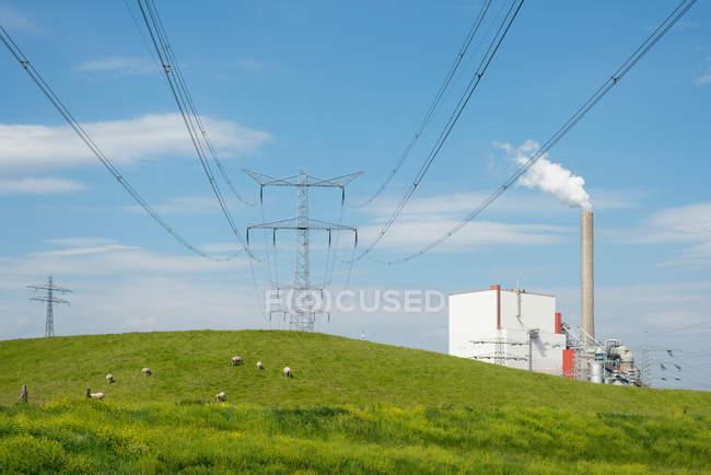Paisagem de campo com pilão elétrico — Fotografia de Stock