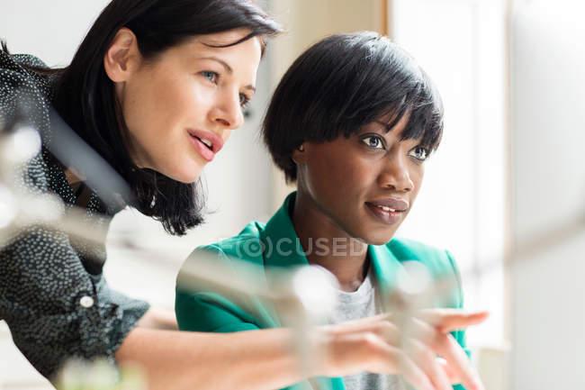 Жіночий дизайнерів, вказуючи на комп'ютері — стокове фото