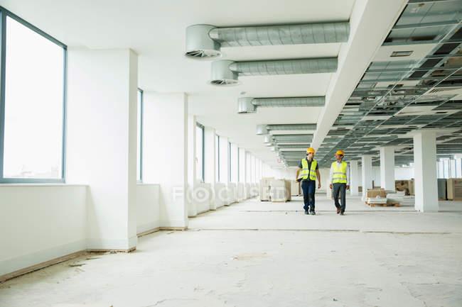 Двома працівники прогулянки по office — стокове фото