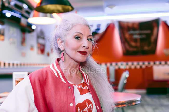 Femme d'âge mûr en veste de baseball — Photo de stock