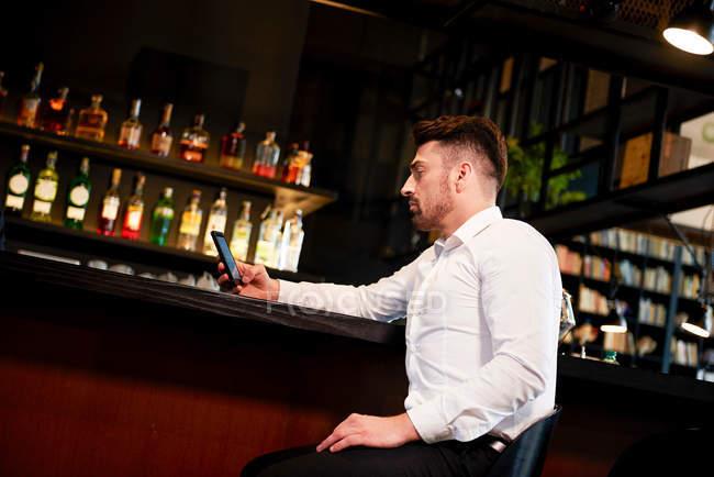Розчарований людина в бар — стокове фото
