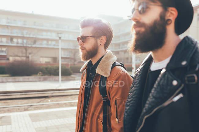 Amis hipster portant des lunettes de soleil en ville — Photo de stock
