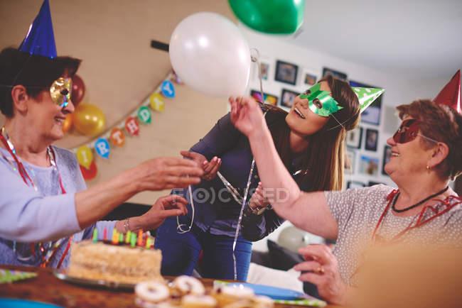 Mujeres ondeando globos - foto de stock