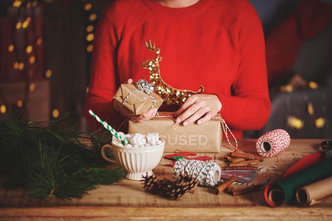 Presentes de Natal de envolvimento de mulher — Fotografia de Stock
