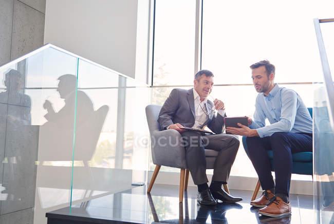 Hommes d'affaires avec tablette numérique — Photo de stock