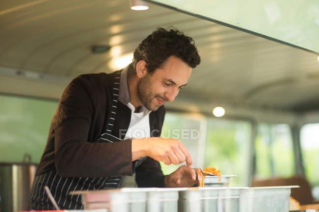 Власник бізнесу, де подаються страви з Вана — стокове фото