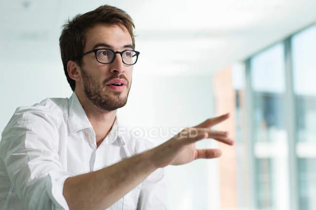 Porträt des Kaufmanns, erhobener hand — Stockfoto