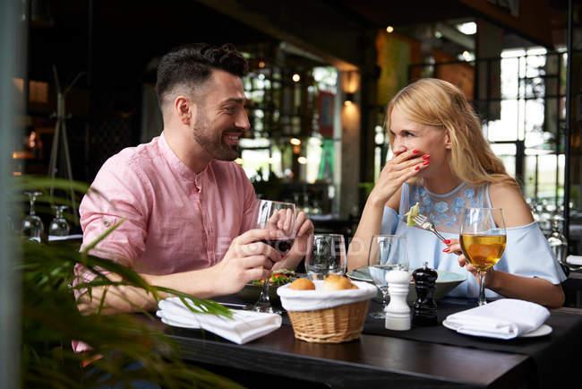 Молодая женщина с парнем в ресторане — стоковое фото