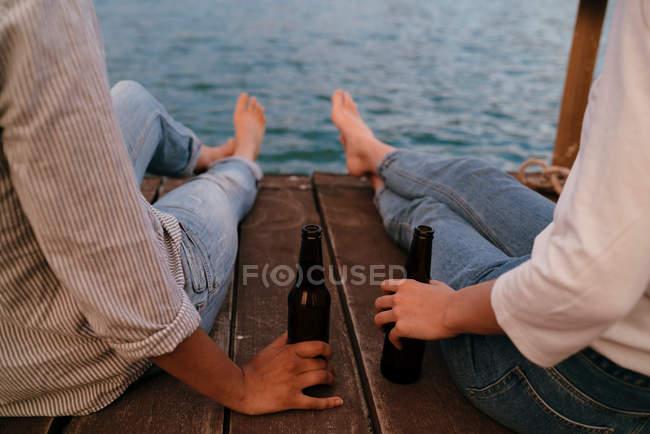 Duas mulheres relaxando no cais — Fotografia de Stock