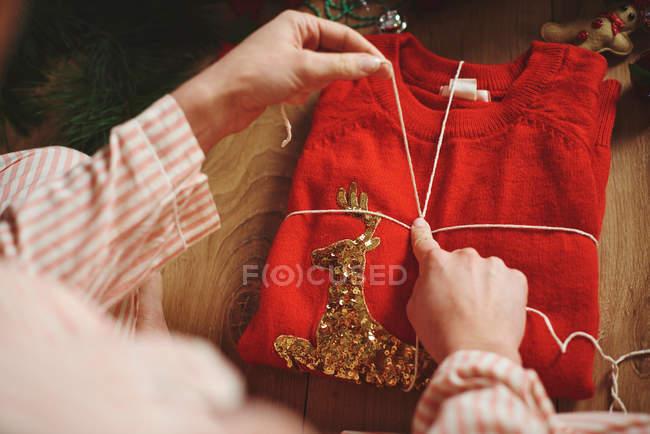 Mulher de embrulho de presente de Natal com barbante — Fotografia de Stock