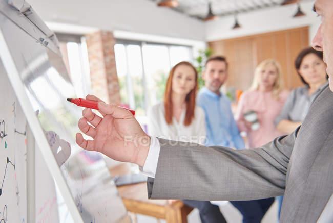 Бизнесмен использует доску — стоковое фото