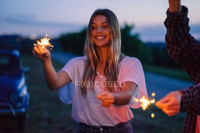 Amigos jogando com acendedor — Fotografia de Stock