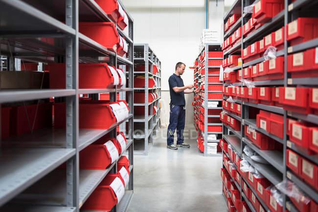 Trabajador de almacén utilizando el escáner de código de barras - foto de stock