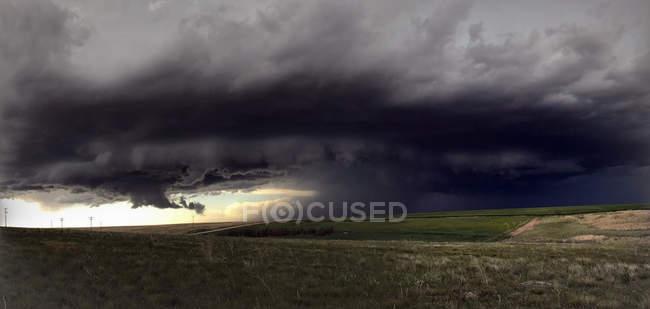 Вращение суперклеточного облака над сельской местностью — стоковое фото