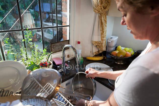Жінка пральна брудний посуд — стокове фото