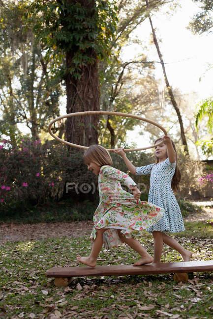 Дівчата тримають пластикові Хооп — стокове фото