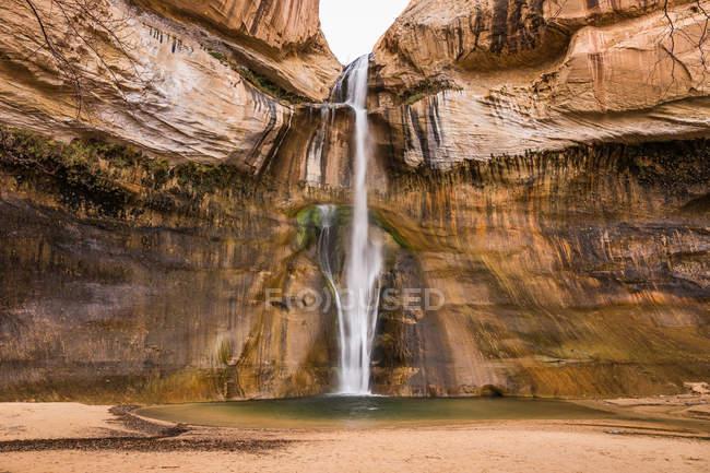 Водопад через скальное образование — стоковое фото