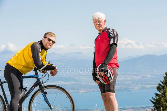 Старший мужчина и внук — стоковое фото